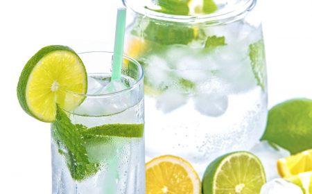Water met citroen en komkommer