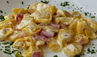 Tortellini met saus van noten en kruiden