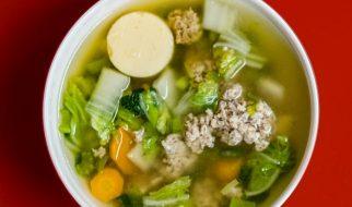 Goed gevulde kippen- en groentesoep